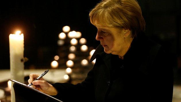 In der Gedächtniskirche trug sich Merkel in das Kondolenzbuch für die Opfer des Anschlags ein. (Bild: APA/AFP/POOL/HANNIBAL HANSCHKE)