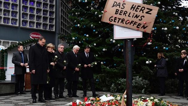 Kanzlerin Angela Merkel legte am Anschlagsort in Berlin im Gedenken an die Opfer Blumen nieder. (Bild: APA/AFP/TOBIAS SCHWARZ)