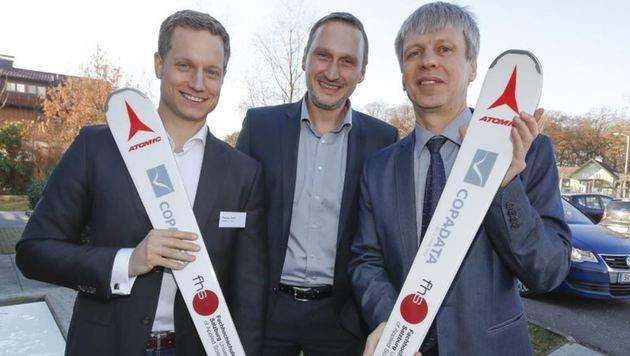T. Weiß, R. Mayr, G. Jöchtl (v.l.) geben den Skiern einen Digi-Code. (Bild: Markus Tschepp)