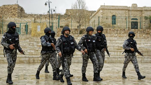 Schwer bewaffnete jordanische Sicherheitskräfte in Karak (Bild: ASSOCIATED PRESS)