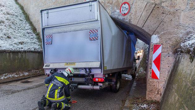 Die tatsächliche Höhe des Vehikels hatte der Fahrer wohl gewaltig unterschätzt. (Bild: APA/BFK BADEN/STEFAN SCHNEIDER)