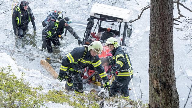 Taucher bargen den Toten. Die Feuerwehr holte den Traktor aus dem See. (Bild: FOTOKERSCHI.AT/WERNER KERSCHBAUMMAYER)