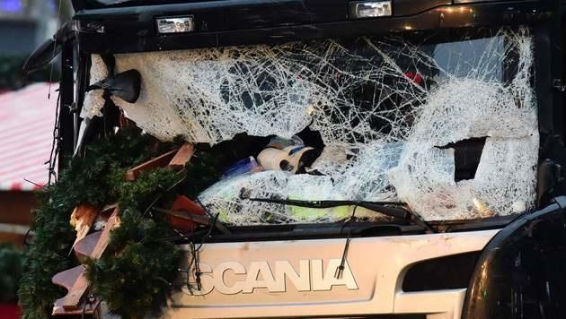 Das zerstörte Führerhaus des Berliner Terror-Lkws (Bild: APA/AFP/TOBIAS SCHWARZ)