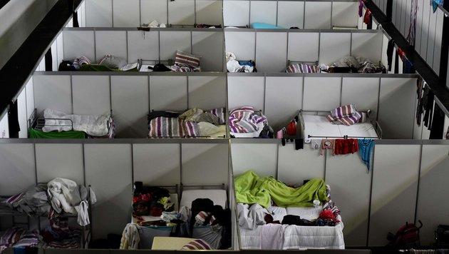 Berlins größte Flüchtlingsunterkunft befindet sich in einem Hangar des Flughafens Tempelhof. (Bild: APA/AFP/TOBIAS SCHWARZ)