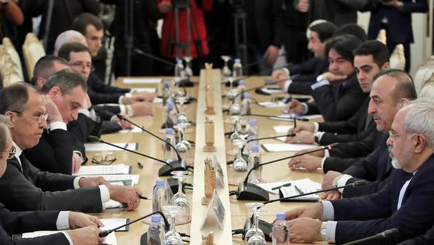 Lawrow (ganz links), Cavusoglu (Zweiter von rechts) und Zarif (ganz rechts) am Verhandlungstisch (Bild: ASSOCIATED PRESS)