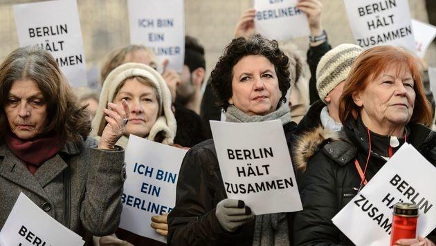 """Bereits am Nachmittag versammelten sich die Berliner, um zu zeigen: """"Wir halten zusammen!"""" (Bild: APA/AFP/CLEMENS BILAN)"""