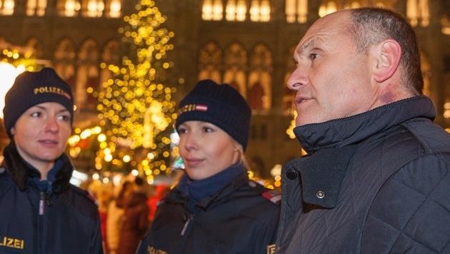 Innenminister Wolfgang Sobotka am Wiener Christkindlmarkt (Bild: Markus Hechenberger)