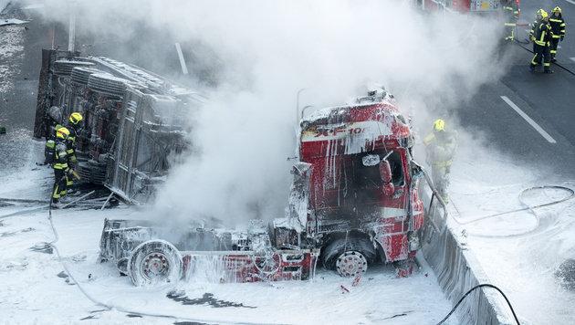 Lastwagen mit Gefahrengut geriet auf A9 in Brand (Bild: APA/WERNER KERSCHBAUMMAYR)