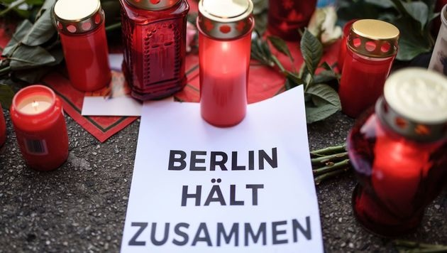 """Berliner nach Anschlag: """"Wir halten zusammen"""" (Bild: APA/AFP/CLEMENS BILAN)"""