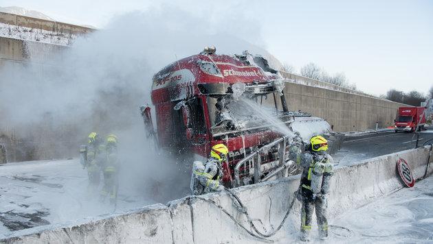 Die Zugmaschine stand in Vollbrand, die Feuerwehr löschte ihn (Bild: FOTOKERSCHI.AT/KERSCHBAUMMAYR)