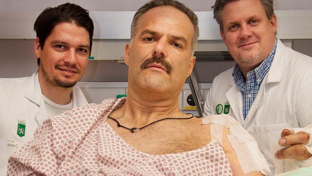 Christian Laback mit dem Patienten und Lars Kamolz, dem Leiter der Plastischen Chirurgie (v.l.n.r.) (Bild: G. Krammer/LKH Klinikum Graz)