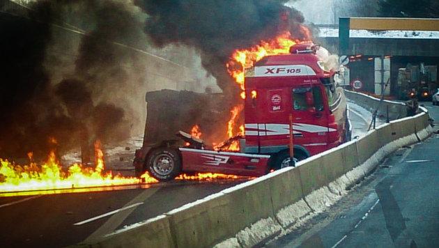 Lastwagen mit Gefahrengut geriet auf A9 in Brand (Bild: Pressefoto Scharinger)