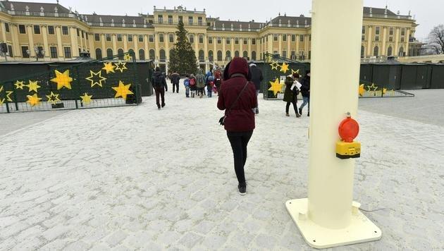 Eine der drei Säulen, die die Zufahrt zum Adventmarkt vor dem Schloss Schönbrunn verhindern sollen (Bild: APA/HERBERT PFARRHOFER)