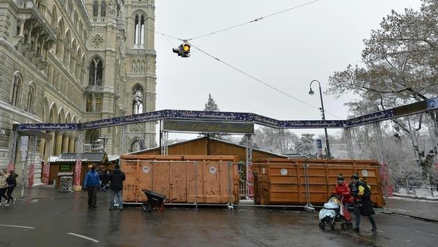 Am Rathausplatz sind keine weiteren Sicherungsmaßnahmen geplant. (Bild: APA/HERBERT NEUBAUER)