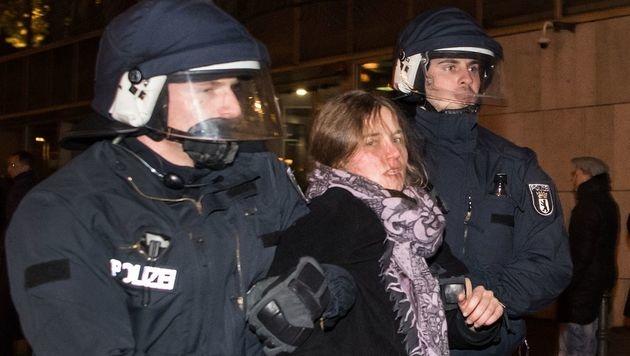 Identitäre werden vor dem von CDU-Gebäude in Berlin abgeführt. (Bild: APA/AFP/dpa/BERND VON JUTRCZENKA)