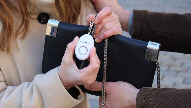 6000 Taschenalarme wie diesen verteilt die Exekutive an Frauen. (Bild: APA/POLIZEI)