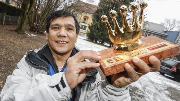"""Die """"Goldene Krone"""" für den Zeitungszusteller Mohan Bamadur. Er wecke die Mieter in Wals auf. (Bild: Markus Tschepp)"""