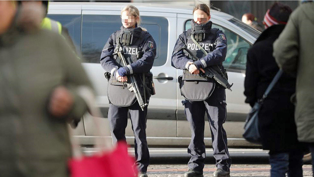 Zwei Polizistinnen bewachten einen Weihnachtsmarkt - aber ohne Magazine in den Maschinenpistolen. (Bild: Twitter.com)