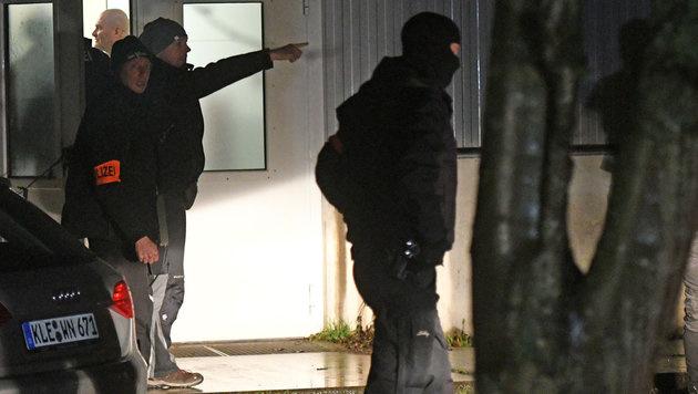 Polizisten vor der betroffenen Flüchtlingsunterkunft in Emmerich in Nordrhein-Westfalen (Bild: APA/dpa/Henning Kaiser)