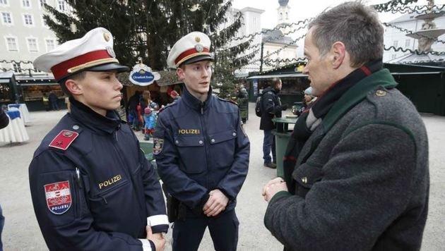 Die Polizei spricht mit Christkindlmarkt-Obmann Wolfgang Haider: Alles für Sicherheit getan. (Bild: Markus Tschepp)
