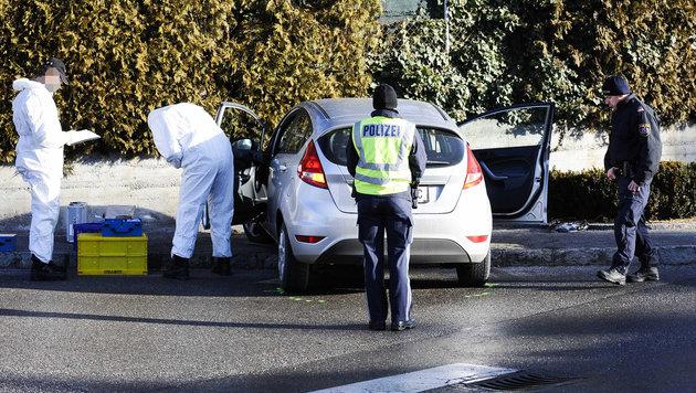 Polizeibeamte bei der Spurensicherung am Fahrzeug des Opfers (Bild: APA/WWW.ZEITUNGSFOTO.AT)