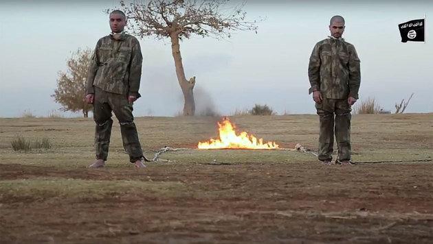 In einem Video ist zu sehen, wie Terroristen zwei türkische Soldaten bei lebendigem Leib verbrennen. (Bild: YouTube.com)