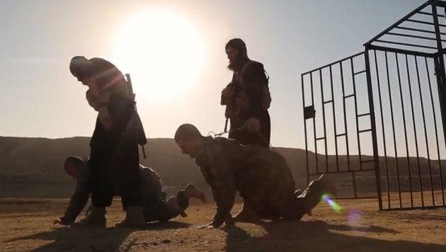 Zuerst werden die beiden Soldaten gedemütigt. (Bild: YouTube.com)