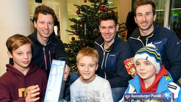 Hannes Reichelt, Michael Matt, Marc Digruber (hinten von links) beim Weihnachtsbesuch in Innsbruck (Bild: APA/…SV/ERICH SPIESS)