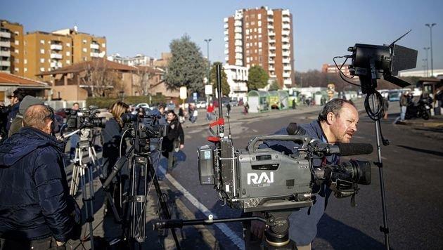Großer Medienandrang am Ort des Schusswechsels (Bild: APA/AFP/MARCO BERTORELLO)