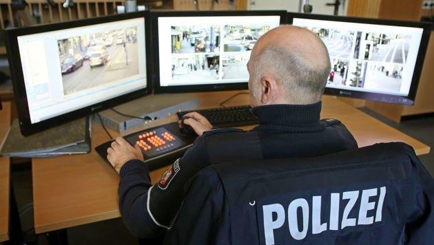 Ein Polizist überwacht das Areal rund um das Einkaufszentrum. (Bild: APA/AFP/dpa/ROLAND WEIHRAUCH)