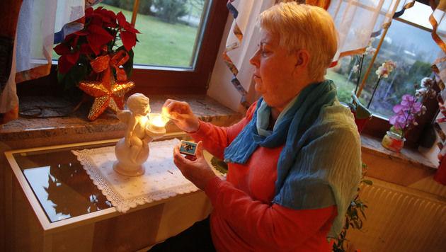 Die Kärntnerin zündet für ihren Schutzengel eine Kerze an. (Bild: Uta Rojsek-Wiedergut)