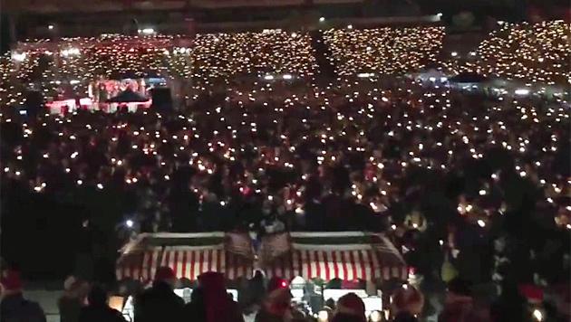 Fußball trotzt Terror: Weihnachtssingen im Stadion (Bild: YouTube.com)