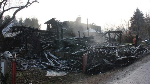 Flammen vernichteten Wirtschaftsgebäude (Bild: FF Hörmsdorf)