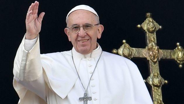 Papst Franziskus fordert: Handy weg beim Essen! (Bild: AFP)