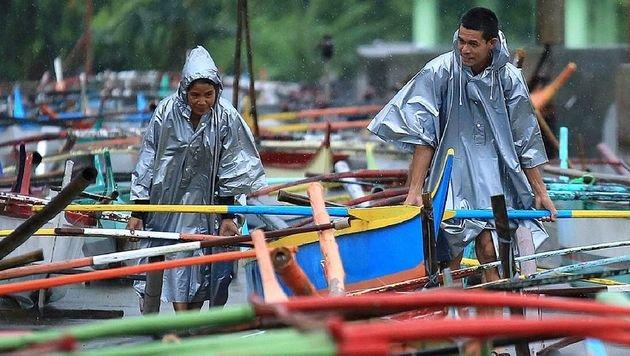 Bis zu 235 km/h: Taifun wütet auf den Philippinen (Bild: APA/AFP/CHARISM SAYAT)