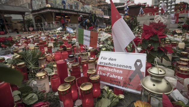 Neuer Besucheransturm auf Berliner Weihnachtsmarkt (Bild: APA/dpa/Michael Kappeler)