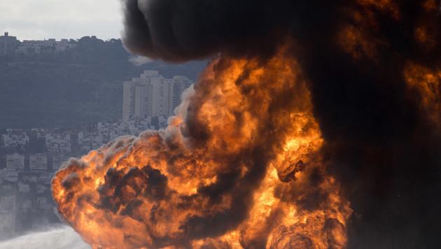 Haifa: Benzintank in Raffinerie in Brand geraten (Bild: AP)