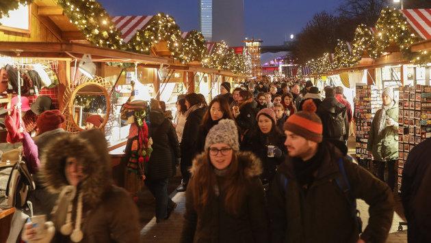 Neuer Besucheransturm auf Berliner Weihnachtsmarkt (Bild: AP)