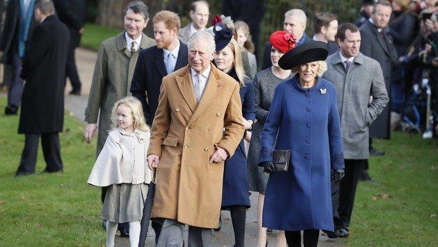 Prinz Charles mit seiner Camilla und Prinz Harry. Die Queen musste heuer passen. (Bild: ASSOCIATED PRESS)