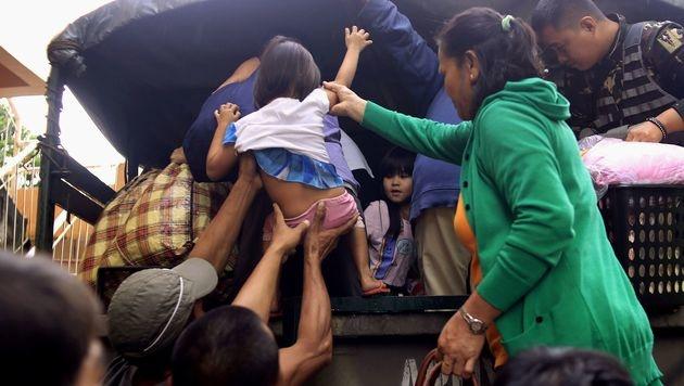 Bis zu 235 km/h: Taifun wütet auf den Philippinen (Bild: APA/AFP)