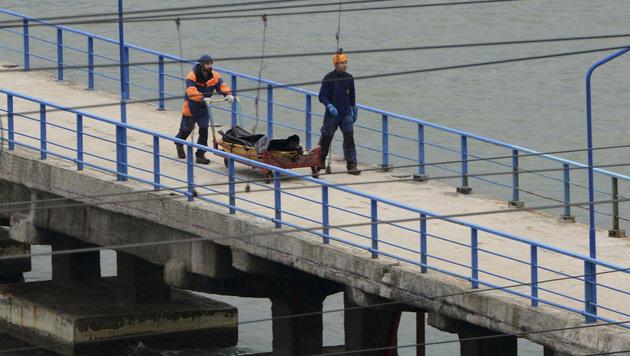 Rettungsmannschaften haben bereits die ersten Leichen bergen können. (Bild: ASSOCIATED PRESS)