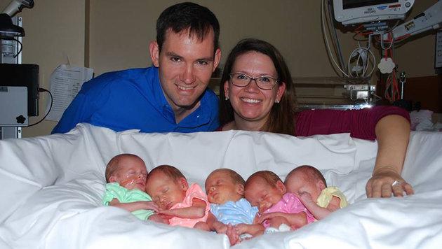 Erstes Weihnachten mit neugeborenen Fünflingen (Bild: Facebook.com)