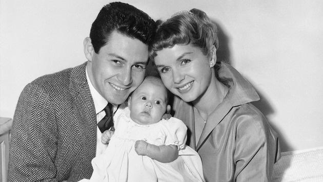 Eddie Fisher und Debbie Reynolds posieren mit ihrer kleinen Carrie (Bild: AP)
