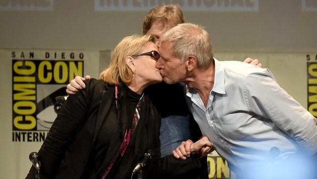 """Ein Kuss um der alten Zeiten willen: Fisher und Harrison Ford werben für """"Das Erwachen der Macht"""" (Bild: AFP)"""