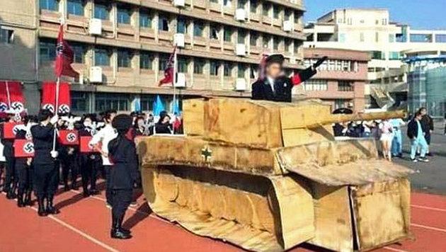 Schüler marschierten in Nazi-Uniformen auf (Bild: KUANG FU HIGH SCHOOL/dpa)