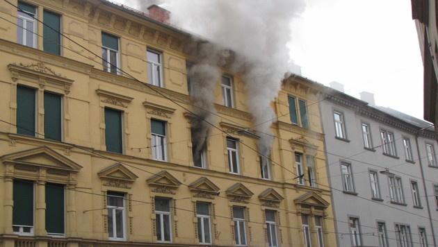 Dichter Qualm drang aus den Fenstern der Wohnung. (Bild: APA/BF GRAZ)
