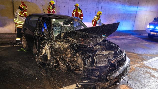 So ließ die 26-jährige Unfalllenkerin ihr Wrack einfach stehen (Bild: laumat.at / Matthias Lauber)