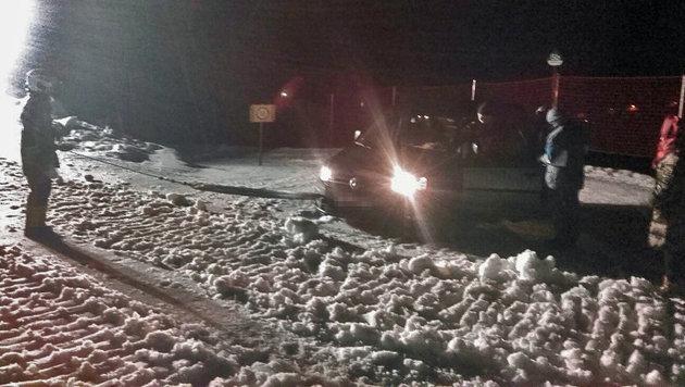 Der Wagen der Urlauber blieb schließlich auf der Piste im Schnee stecken. (Bild: FF Zell am See)