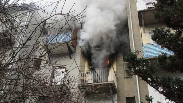 Hofseitig schlugen Flammen aus der Balkontür. (Bild: APA/BF GRAZ)