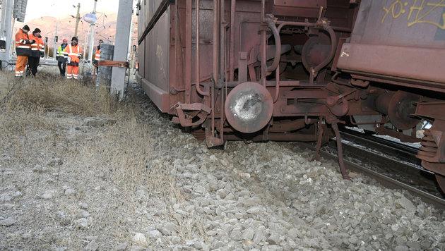 Sieben Erz-Waggons sprangen aus den Schienen. (Bild: APA/RIEDER ADALBERT)
